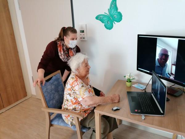 Mitarbeiterin-Dorothee-Heil-vom-Seniorenhaus-Rheinblick-in-Biebesheim-freut-sich-mit-Bewohnerin-Anneliese-Zimmermann-ber-den-neuen-Video-Kontakt-zu-den-Liebsten-daheim-jpg